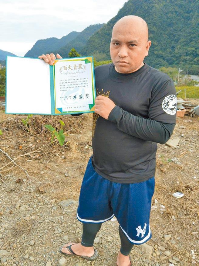 紅藜先生吳正忠在2018年怒燒百大青農證書。(本報資料照片)