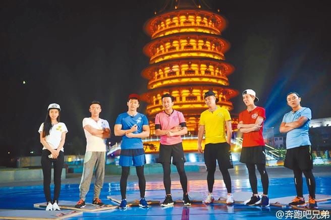 Angelababy楊穎(左起)、鄭愷、李晨、鄧超、陳赫、鹿晗、王祖藍開心同框。(摘自微博)