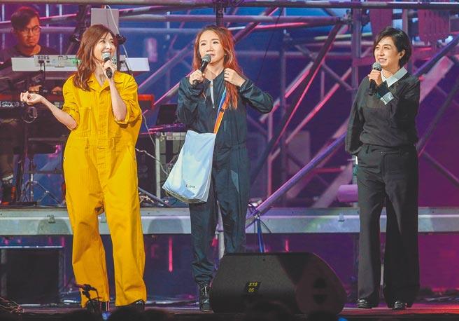 蘇慧倫(左起)、陶晶瑩、黃韻玲昨歡欣開唱。(粘耿豪攝)