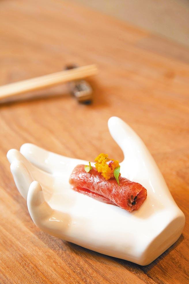 「大閘蟹膏佐魚子醬黑鮪魚肚生魚片」的煙燻魚子醬在口中爆發,將中腹油脂和蟹膏投射成濃滑的煙火。(石智中攝)