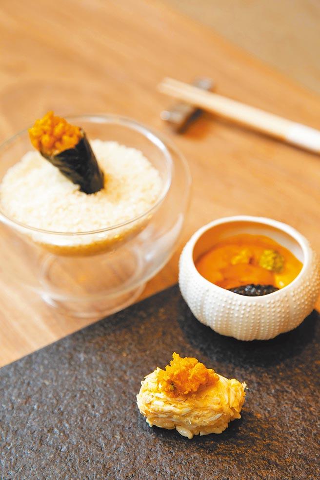 「大閘蟹肉握壽司」一口盡嘗蟹肉與蟹膏,背後是廚師們每天5小時處理螃蟹的辛勞。(石智中攝)