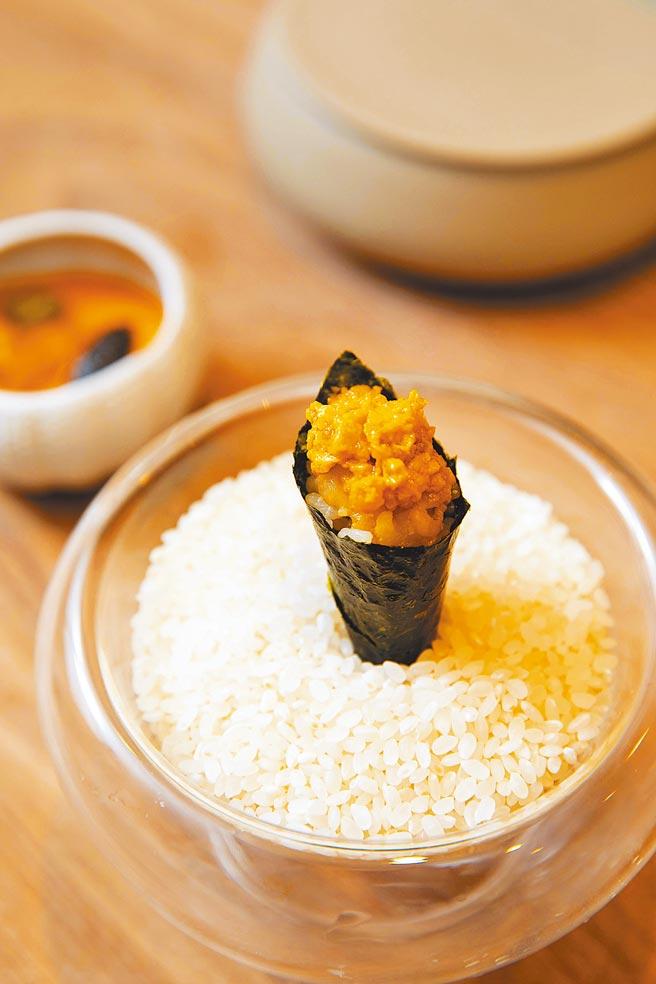 「大閘蟹膏手卷」奢華地捲進兩隻大閘蟹的蟹膏,展現最純粹的食材之美。(石智中攝)
