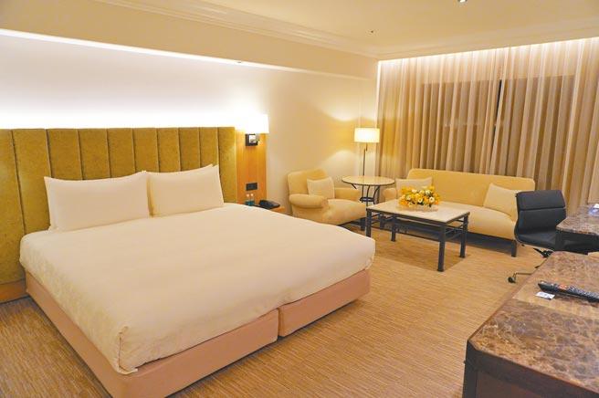 台北西華飯店斥資6千萬元打造4款新房型,圖為新房型「尊榮行政客房」。(何書青攝)