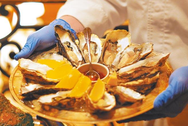 「海陸雙饗宴」能一次品嘗共12顆2種生蠔。(何書青攝)