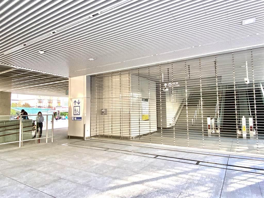 台中捷運綠線第17列車21日發生連結器軸心斷裂,台中捷運公司除立即宣布暫停試營運,沿線十八站大門深鎖。(盧金足攝)