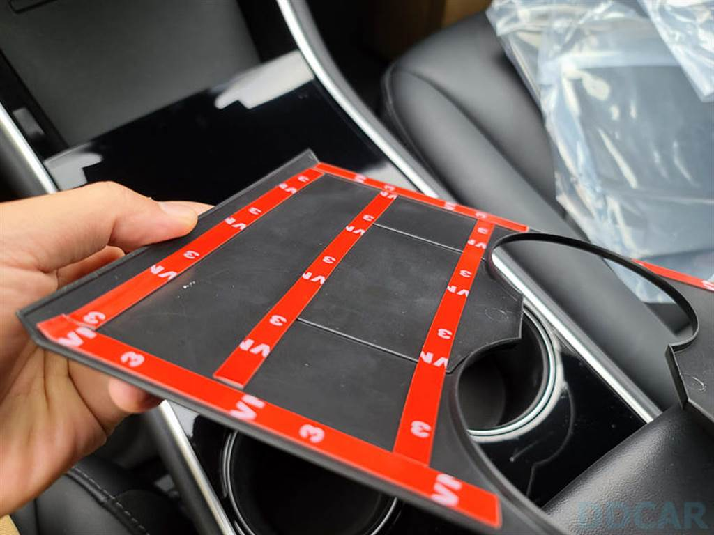 本款商品一樣是雙面膠系,背後有無數的雙面膠要撕開,貼前請閉氣手穩對準準。