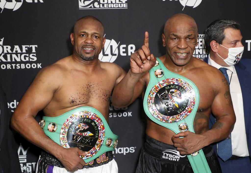 WBC在表演賽後頒發給泰森(右)與小瓊斯各一條冠軍腰帶。即使泰森打贏了,表演賽已經內定結果是「平手」。(美聯社資料照)