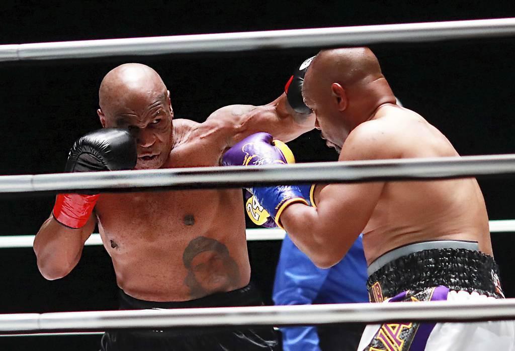 泰森(左)回歸狀況極佳,出拳與重擊命中率遠超過對手小瓊斯。(美聯社資料照)