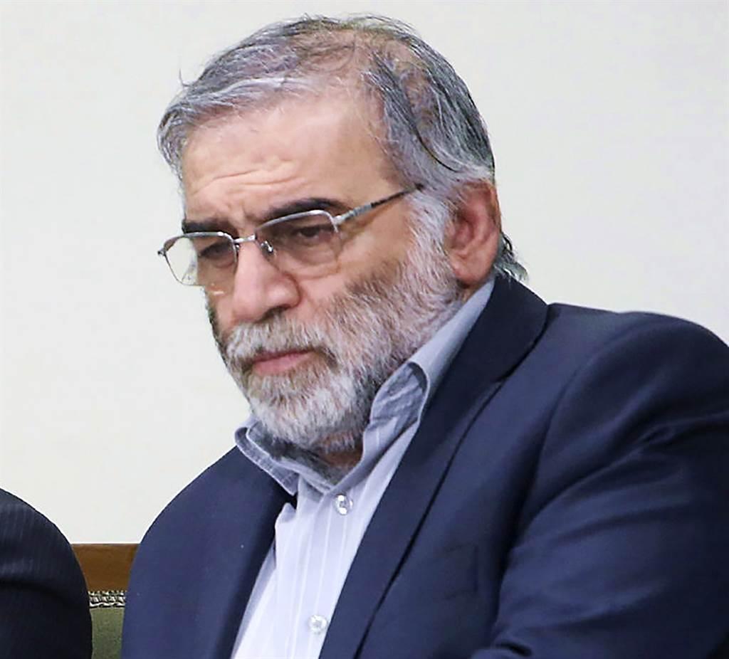 有「伊朗核武之父」之稱的伊朗核子科學家法克里薩德(Mohsen Fakhrizadeh)27日遭狙殺身亡。(資料照/美聯社、伊朗最高領袖辦公室提供)