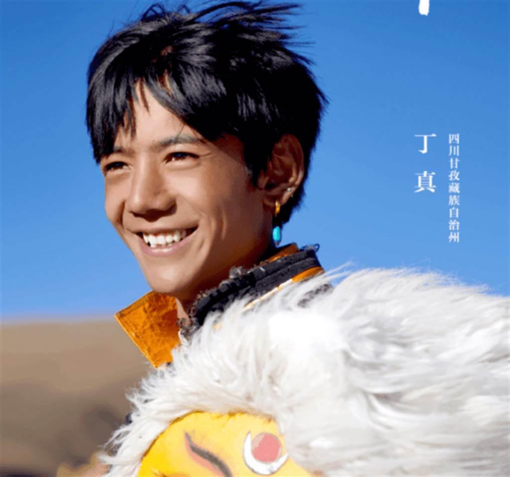 四川藏族大男孩丁真帥到爆紅,連戰狼外交官都為他癡狂。(圖/翻攝自華春瑩推特)