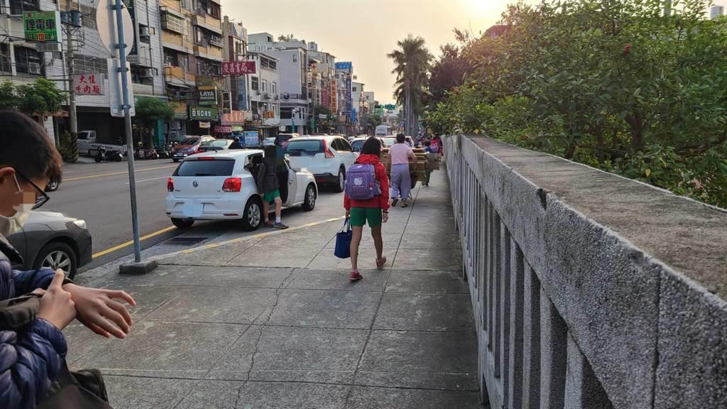 台中市警方表示,新法僅限接送期間,其餘時段仍禁止臨時、(紅)線臨時停車,警方仍加強取締。(台中市警察局提供/張妍溱台中傳真)