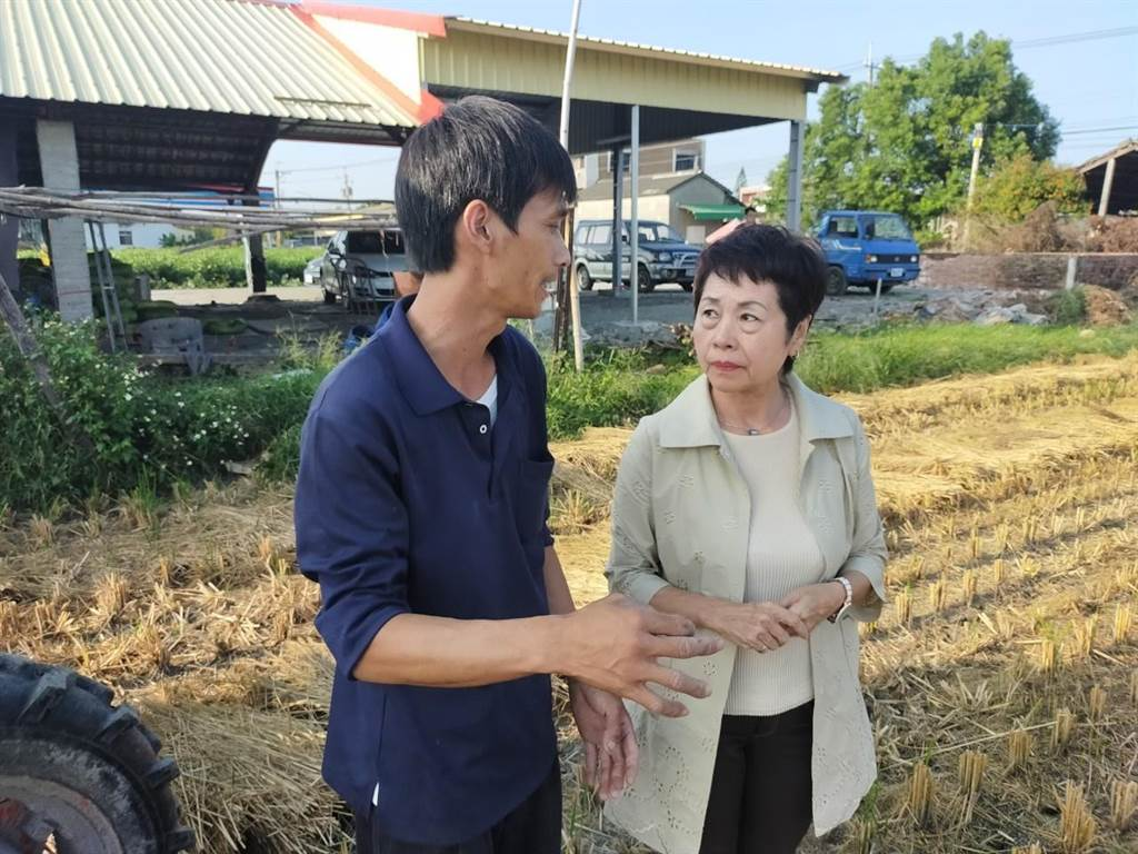 王崇仁(左)表示願意免費幫鎮上農民收運稻草,可惜多數農民意願不高。(田中鎮公所提供/謝瓊雲彰化傳真)