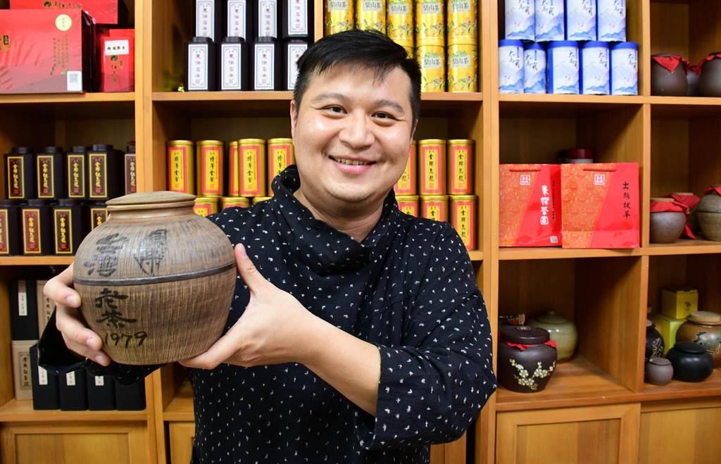 台東青農陳弘儒獲神農獎肯定,手中拿的1979年老茶,是祖父時代留下來的傳家之寶。(莊哲權攝