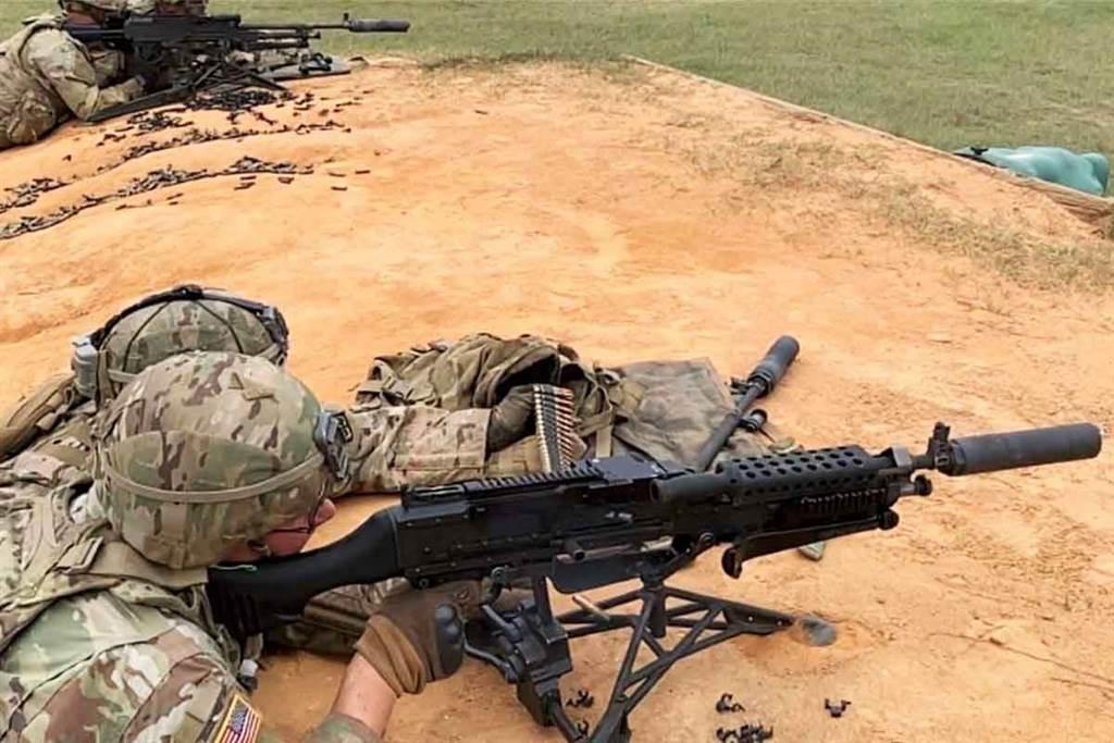 安裝滅音器的M240機槍。(圖/美國陸軍)