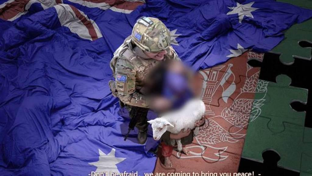 大陸外交部發言人趙立堅在個人推特發文指控澳大利亞軍人謀殺平民,並搭配一張澳軍持利刃架著一名阿富汗男孩的脖子的圖片,男孩手上還抱著小羊。該圖已證實為合成的漫畫。(圖/推特)