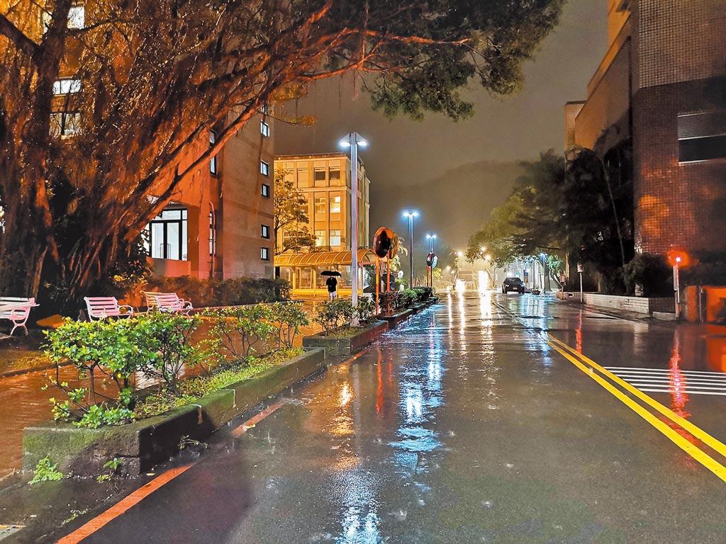 陸生求學台灣,半是蜜糖半是傷。圖為雨夜校園,很美。(作者提供)