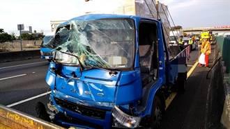 國1南下201公里 小貨車撞聯結車、車頭全毀駕駛被夾