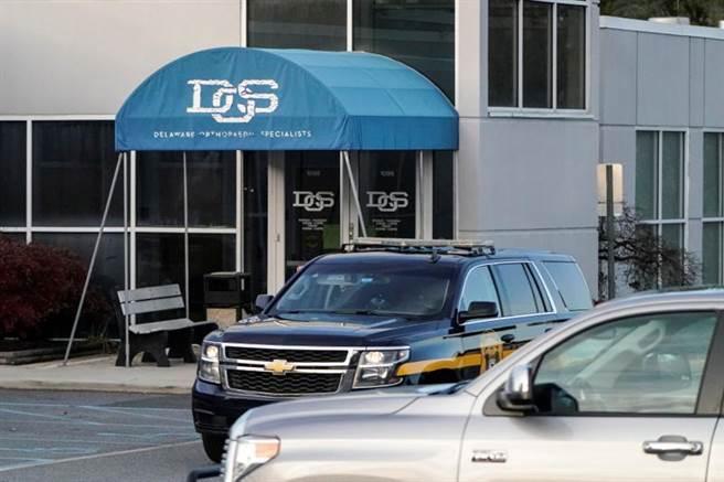 拜登已乘坐私人轎車前往紐瓦克(Newark)的骨科專醫診所進行檢查。(路透社)
