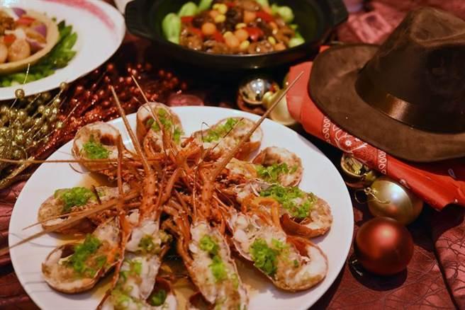 台北W飯店推出「W抵家啦」除夕圍爐宴,菜式包括有「金銀鴛鴦香蒜蒸龍蝦」。圖/台北W飯店
