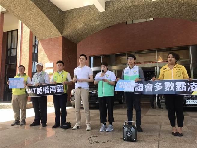 余筱菁(右三)被新竹縣議會停權,曾在議會外開記者會抗議多數霸凌。(本報資料照片)