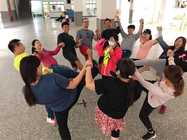 雙語教學實務研習營以身體運動,示範如何把體健學科與英語結合。(新竹縣政府提供/羅浚濱新竹傳真)