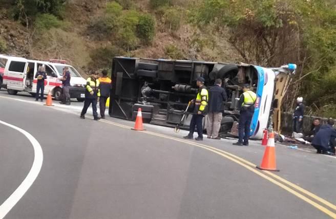 南投奧萬大巴士翻覆,警消救援。(民眾提供)