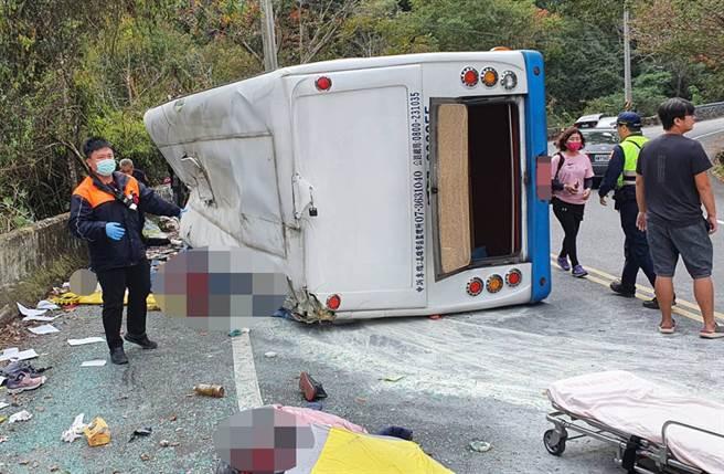 南投仁愛鄉前往奧萬大途中,一台中型巴士翻覆,傳1死20傷。(南投縣消防局仁愛分隊提供)