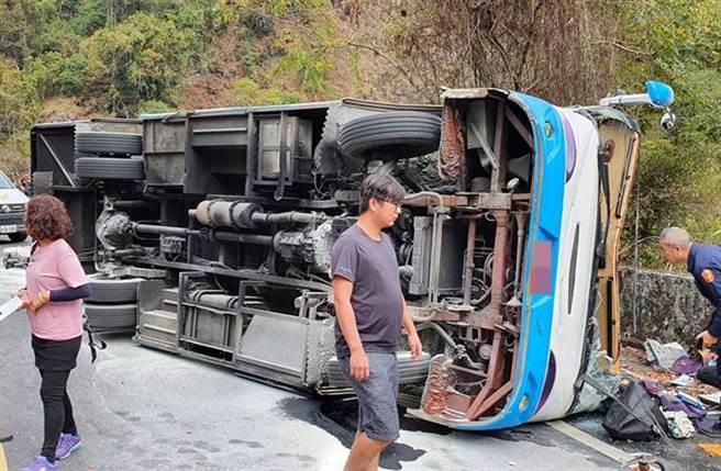 南投往奧萬大路上中巴翻覆,造成1死20人傷。(南投縣消防局仁愛分隊提供)