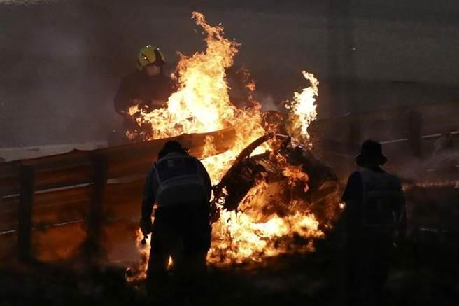 F1賽車比賽發生罕見意外,車子撞穿護欄後斷成兩截起火,駕駛奇蹟般逃生。(美聯社)