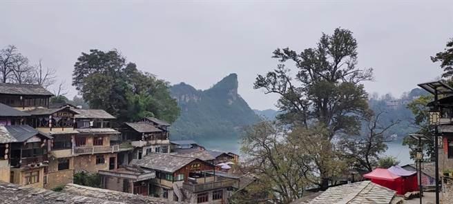 湖光山色的鎮山村一景。(圖/蹇金津提供)