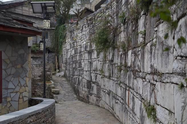 布滿滄桑歷史感的石板城牆。(圖/蹇金津提供)
