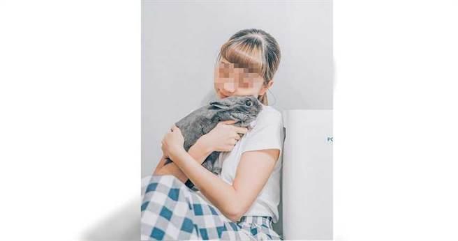 陳明志女兒是知名網紅,常在影音平台放上自己和2隻兔子的生活點滴,在兔界擁有超高人氣。(圖/翻攝畫面)