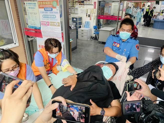 駕駛肇事中型巴士的林姓林姓司機,因車輛翻覆造成腳及胸腔受傷送醫治療。(廖志晃攝)
