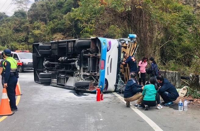 南投奧萬大中型巴士翻覆,警消搶救。(民眾提供)