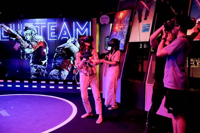 VR 遊戲吸引不少年輕人體驗。(圖/花蓮趣提供)