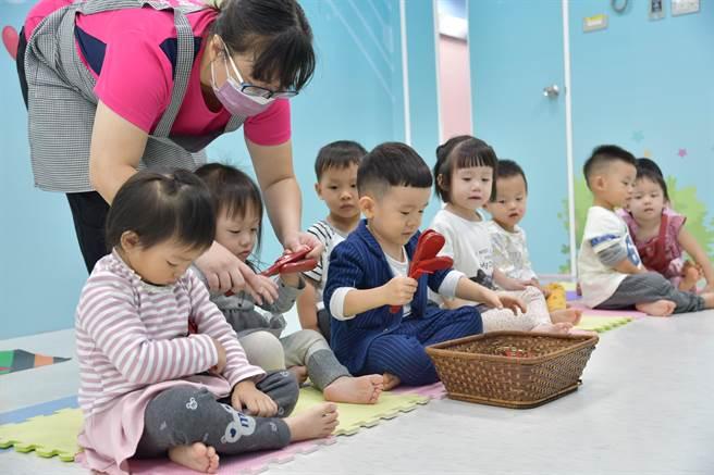 衛生福利部台中醫院與舜云音樂寶姆托嬰中心攜手設置「醫療級托嬰中心」,於11月30日隆重揭幕。(馮惠宜攝)