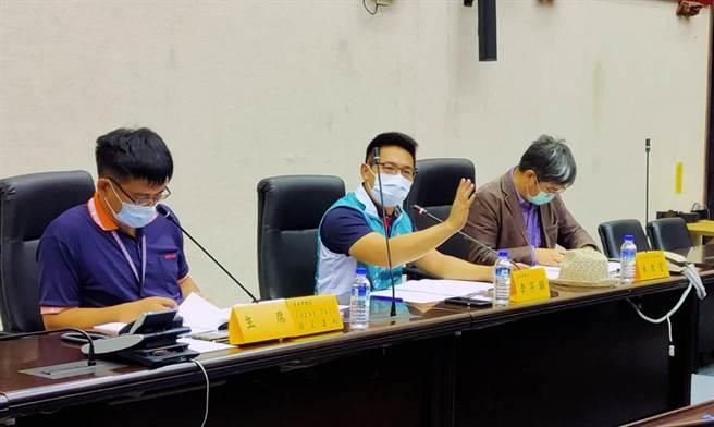 《台南市新設置畜牧場管理自治條例》草案公聽會,市議員李宗翰(中)說明提案理由。(洪榮志攝)