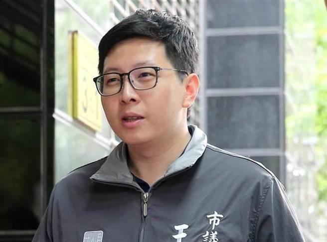 民進黨桃園市議員王浩宇,影射「連鎖品牌賣萊牛」,家樂福報告狠甩一耳光。(圖/本報資料照)