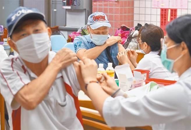 12月1日起恢復50至64歲無高風險慢性病成人接種。(本報社資料照片)