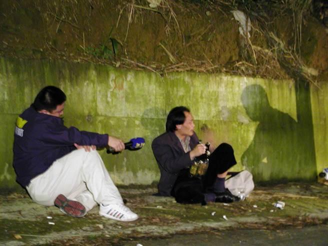 身綁炸藥的黃金生引爆前,向假扮記者的新店警分局偵查員施俊雄訴苦。(報系資料照片)