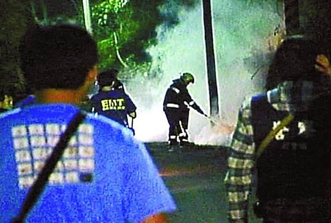 私藏軍火的男子黃金生,與警對峙六個半小時後,引爆胸前土製炸彈。轟然巨響、火光迸射後,現場血肉模糊不忍卒睹。(報系資料照片)