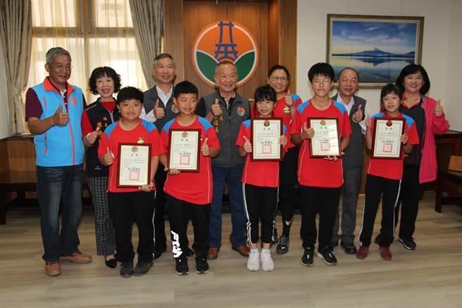三灣鄉農會輔導的三灣國小,則以親身種植各類蔬菜的實地經驗,在四健作業組競賽獲得優等獎。(何冠嫻攝)