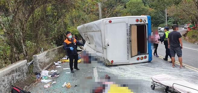 高雄市旅行團赴奧萬大賞楓一日遊,卻在路途中意外翻車。(圖/南投消防局仁愛分局提供)