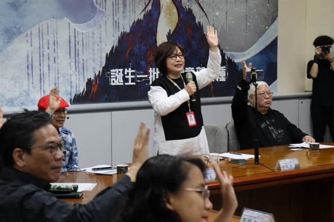執委會執行長林淑黛以視訊方式與北京評審致意。(圖/時報金犢獎組委會提供)