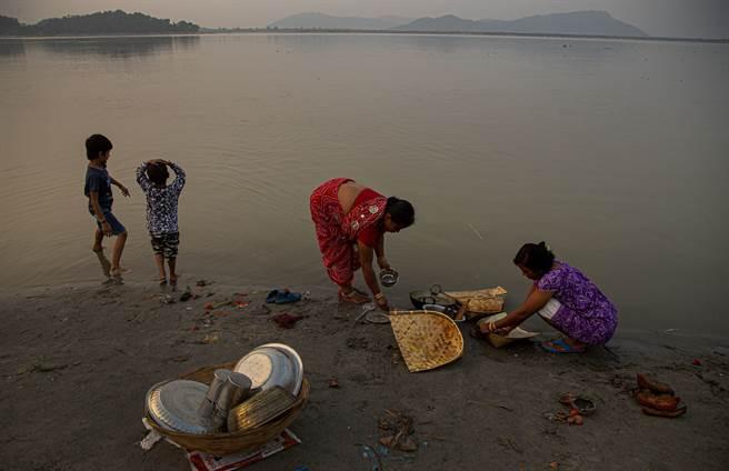 布拉馬普特拉河與印度民生經濟息息相關,若遭大陸截斷,形同經濟命脈遭人掐住。圖為印度民眾於河邊洗滌衣物。(圖/美聯社)