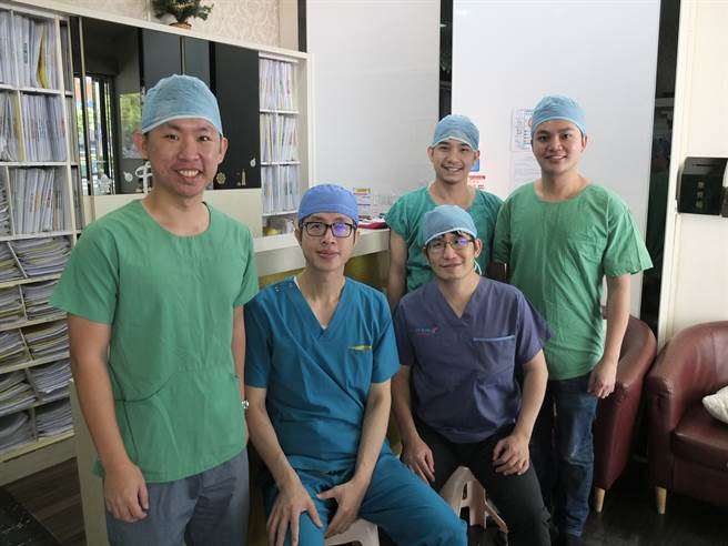 泰國整形醫師曾多次來台,學習邱浚彥(左二)自體肋骨隆鼻技術。(法喬醫美診所提供)