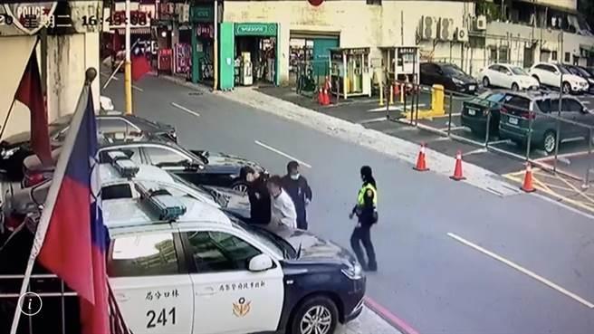 警方將露鳥尾隨女生的黃嫌帶回派出所內偵訊。(翻攝畫面/李俊淇新北傳真)