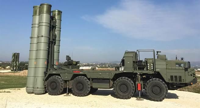 俄國國防部表示,S-500系統明年可完成。圖為S-400飛彈車。(圖/俄國衛星)
