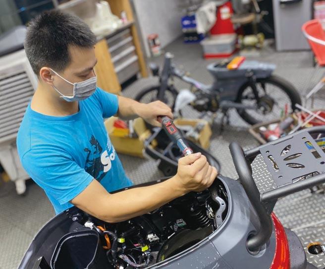 受認證機車行已可實際維修電動機車。圖╱工業局提供