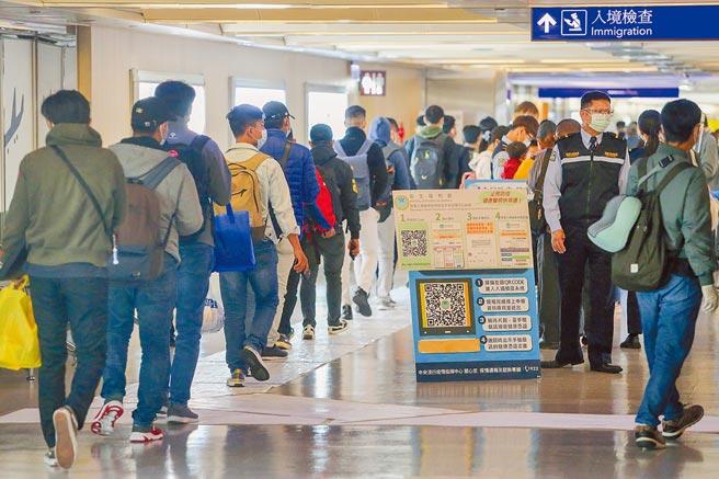自12月1日起啟動秋冬防疫專案,來台旅客登機前必須出示3日內核酸檢驗陰性報告才能登機,這兩天桃園機場入境旅客明顯增加。(陳麒全攝)